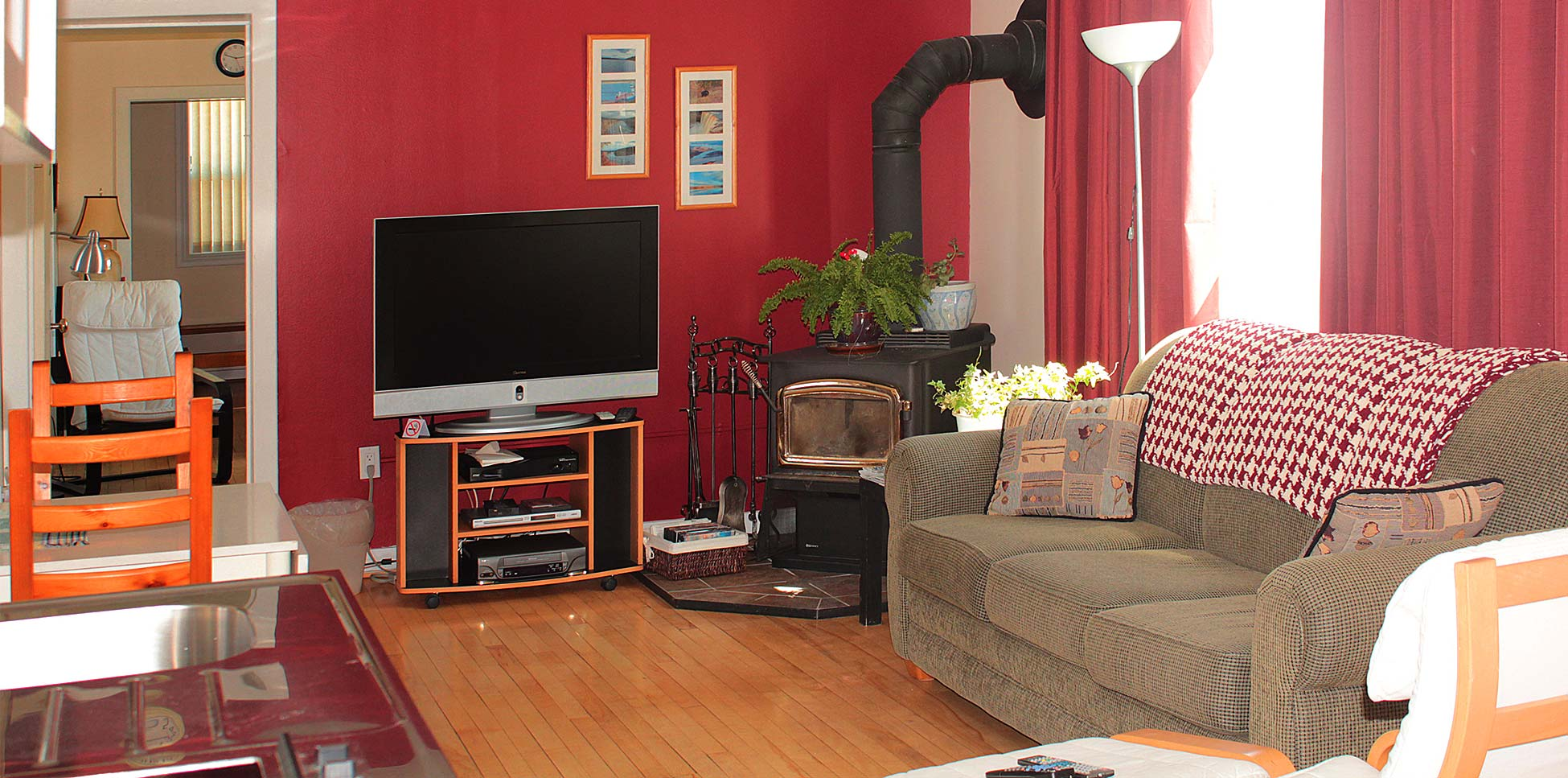 janor-guest-house-living-room-tv